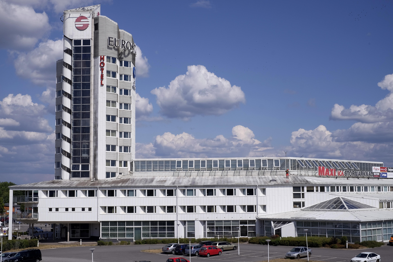 Fasadtvätt Örebro – Specialrengöringar i Örebro är full i gång med att tvätta landmärket Eurostop.