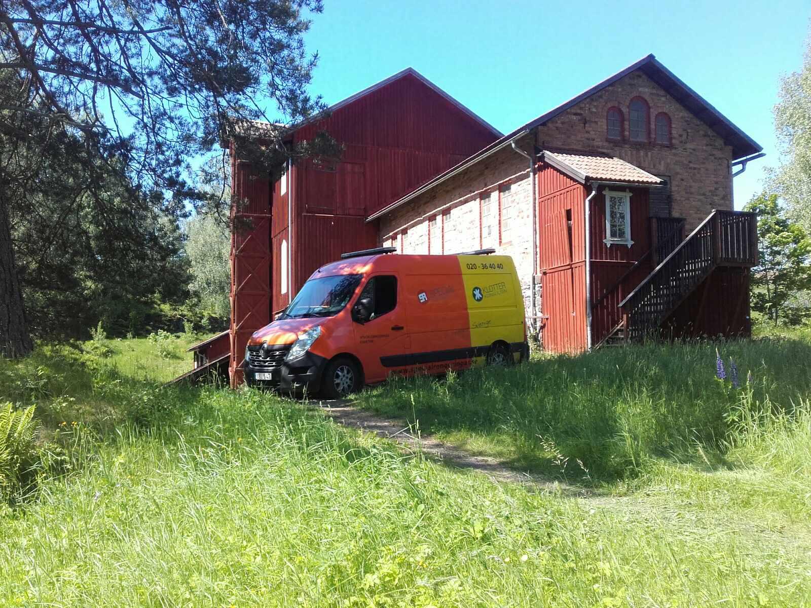 Över hela Sverige och dygnet runt – idag sanering efter fåglar i Klenshyttan