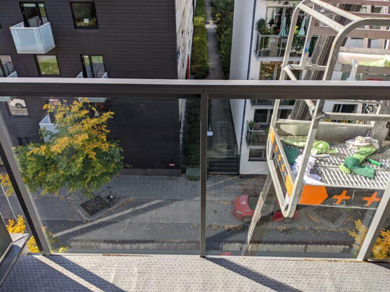 etsat glas på balkong