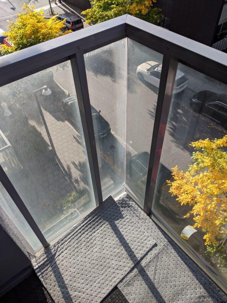 Etsning av betong och kalk på glasräcke balkong